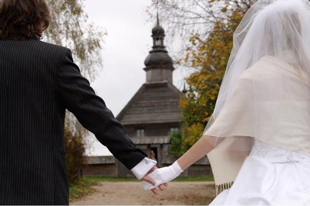 жених и невеста перед храмом